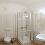 Renoviertes Bad mit Regendusche und Fön